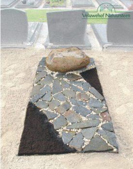 Zwerfkei grafsteen R64