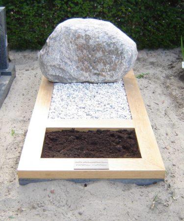 Zwerfkei grafmonument omranding_zwerfkei_grafmonument omranding hout