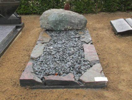 Zwerfkei grafmonument flagstones omranding