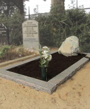 Zwerfkei grafsteen omranding graniet